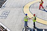 Travailleurs de handshaking sur helistop
