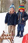 Deux petits garçons dans la neige