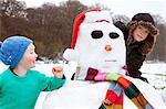 Deux garçons et un bonhomme de neige