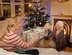 Un garçon donnant sa maman un présent de Noël
