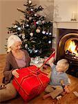 Petit-fils ouvre un cadeau avec sa mamie