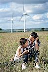 Mère et fille dans un champ
