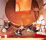 Arbeitnehmer mit Sample bei Kupfer tank