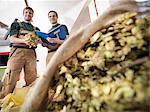 Arbeitnehmer mit dem Hopfen in der Brauerei