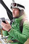 Homme avec Smartphone en remontées mécaniques