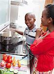 Mutter und Sohn kochen zusammen, Johannesburg, Südafrika