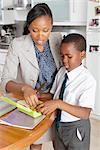 Mutter hilft Sohn seine Schulspeisung, Johannesburg, Südafrika vorbereiten