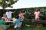 Sociable personnes ayant un barbecue à l'extérieur, Johannesburg, Afrique du Sud