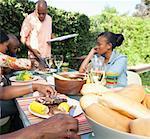 Amis et famille, assis à l'extérieur de manger le déjeuner, Johannesburg, Afrique du Sud