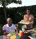 Plateau de service de femme de pain, petits pains pour table de déjeuner, Johannesburg, Afrique du Sud