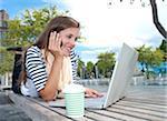 Junge Frau mit Laptopcomputer