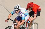 Cyclistes de course sur circuit