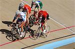 Coureurs de vélo de course sur piste