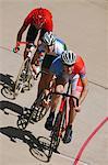 Cyclistes de course sur piste
