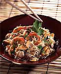 Nouilles chinoises avec une salade de fruits de mer