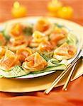 saumon fumé et les piqûres de rubans de courgettes