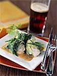 Lotte enveloppé dans des feuilles de laitue avec sauce de bière