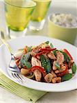 Tranches de poulet grillé avec légumes et noix de cajou