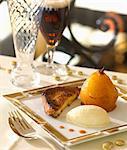 Brioche de style français toast avec un verre de bière brune et poire pochée