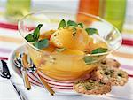 Pêches pochées avec des biscuits de tuile de menthe fraîche, pistache