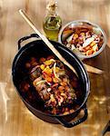 Ajouter l'oignon et le lard en dés pour le ragoût de boeuf et carottes