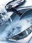 Geschirr in der Spüle waschen