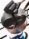 Dunklen Schokolade in einem Kupfer Topf schmelzen