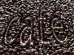 Le mot « Café » écrit sur un lit de café en grains