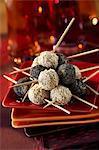 Boules de thon couchés avec graines de sésame et graines de pavot