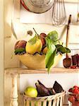 Bol de fruits sur les étagères de cuisine