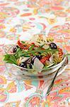 Pâtes, tomates séchées, d'olive, salade de roquette et parmesan