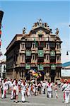 Menschen am Rathausplatz, Fiesta de San Fermin, Pamplona, Navarra, Spanien