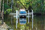 Australie, Northern Territory, Parc National de Kakadu. Un véhicule à quatre roues motrices traverse le ruisseau de Jim Jim.