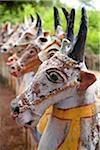 Indien, Chettinad. Terrakotta Pferde stellten sich durch den Ayyanar-Tempel. Obwohl sie Hörner haben und deutlich bovine schauen, sind wir sicher, dass sie in der Tat sind Pferde!