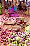 Indien, Chettinad. Eine Zwiebel und Aubergine Verkäufer hat ihr Bestes getan, um ihre Produkte auf dem Chettinad übereinstimmen.