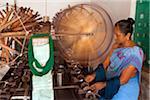 Indien, Chettinad. Eine Dame die Sarees in Chettinad.