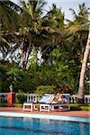 Indien, Thanjavur. Ein Tourist lazes am Pool im Ideal Beach Resort.