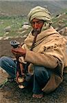 Himachal Pradesh, Indien: Chamba Tal. Ein Gaddi (halb-nomadischen Hirten) von Chamba raucht eine Shisha oder Wasserleitung, auf den Spuren der Verknüpfung Kugti Dorf, Kugti Pass und Beweidung der Wiesen von Lahaul Sommer.