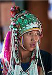 Myanmar, Birmanie, Keng Tung (Kyaing Tong). Akha de la jeune fille porte une coiffure magnifique décoré avec pièces d'argent et de babioles, visiter le marché de Keng Tung.