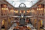 Glasgow, Schottland. Eine Spitfire ausgesetzt über Tier zeigt im Kelvingrove Art Gallery and Museum.