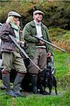 Pays de Galles, Snowdonia ; GILAR ferme. Un homme et une femme détendre penchement contre leur landrover alors qu'à la chasse.
