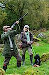 Pays de Galles, Snowdonia ; GILAR ferme. Un homme et une femme à la chasse avec leur retriever spaniel.