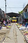 Thaïlande, en direction de Bangkok, Maeklong station, dans le marché