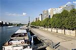 France, Paris, quai de Grenelle et la tour Eiffel en arrière-plan