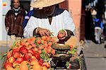 Maroc, Marrakech, souk, vendeur d'oranges et de clémentines