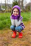 Portrait de jeune fille accroupie