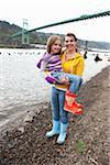 Mère et fille à côté de la rivière