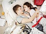 Paar im Bett lachen, mit Geschenken