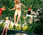 4 enfants du saut sur trampoline