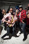 Männer tragen überprüft Hemden auf Party tanzen